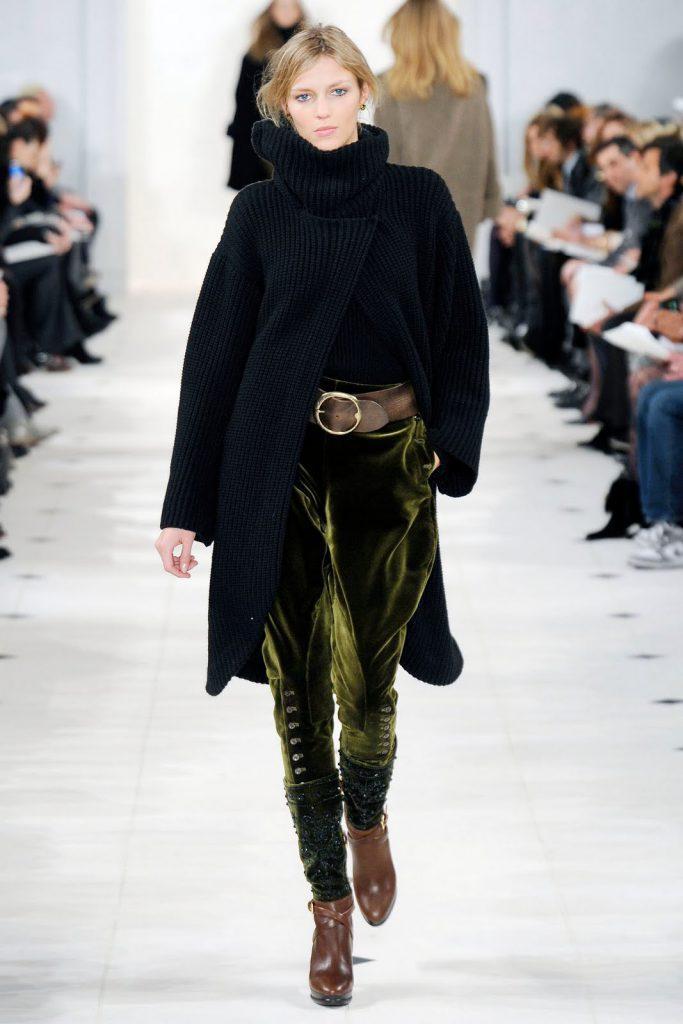 Зеленые бархатные брюки с черным пальто