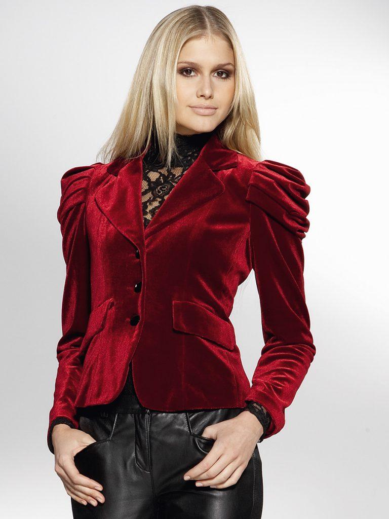 Красный женский бархатный пиджак с черными кожаными брюками