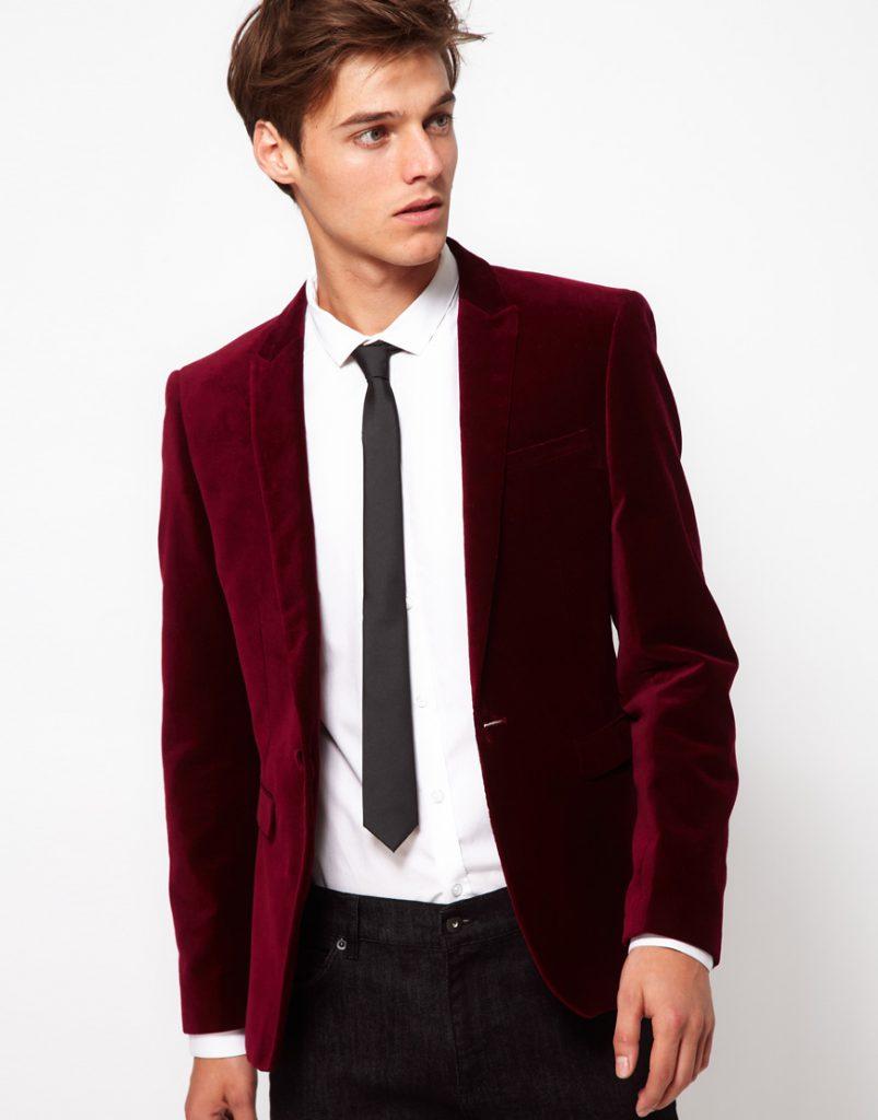Красный мужской бархатный пиджак с черными брюками
