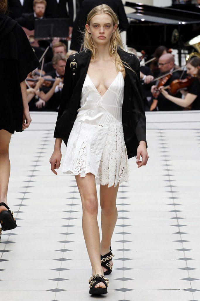 Белое платье в бельевом стиле с черным жакетом