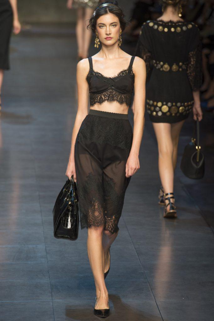 Черный топ и юбка в бельевом стиле