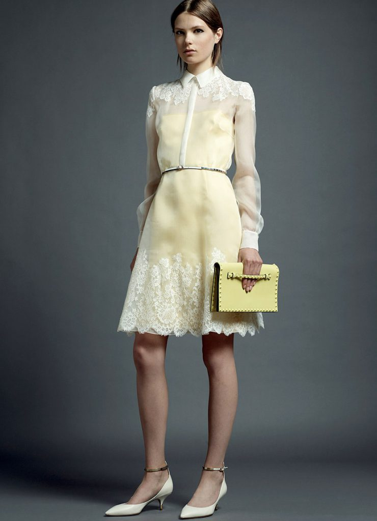 Белые туфли с бело-желтым платьем