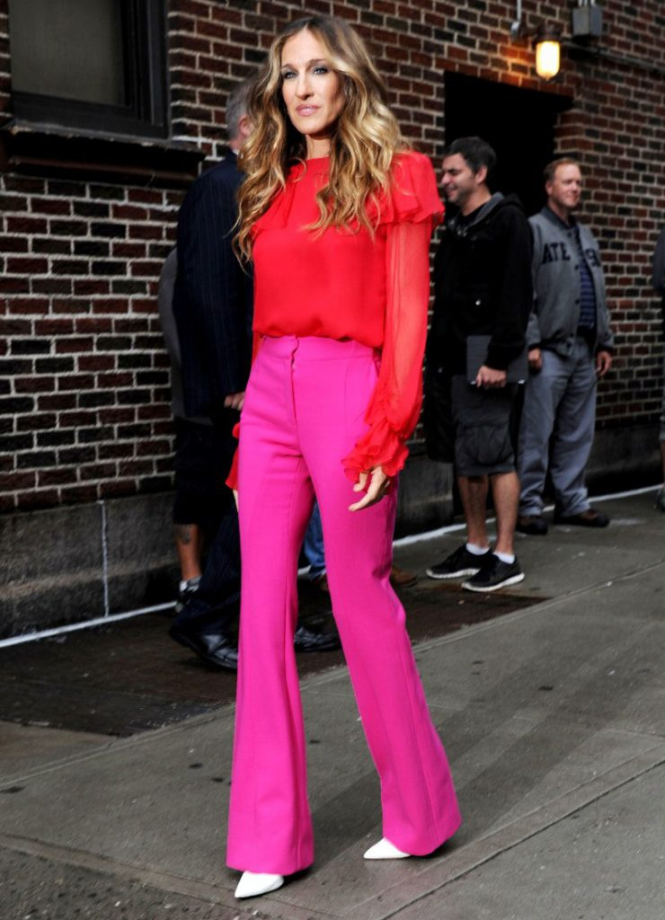 Белые туфли с розовыми брюками и красной блузкой