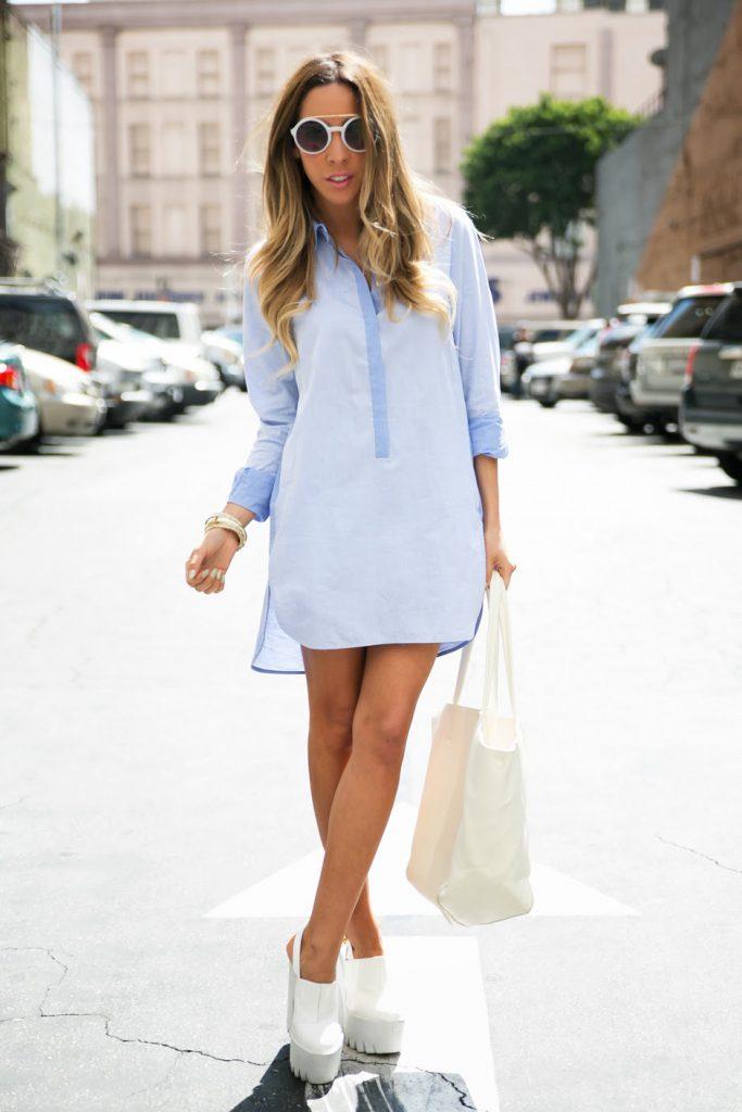 Белые туфли на тракторной подошве с голубым платьем рубашкой