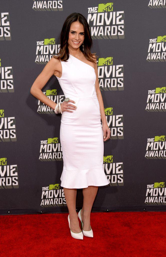 Белые туфли с белым вечерним платьем