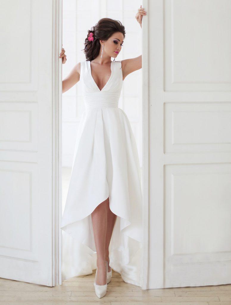 Свадебные белые туфли с пышным платьем