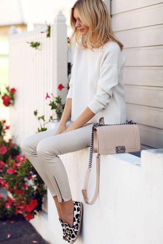 Бежевая сумка с серыми брюками и белой кофтой