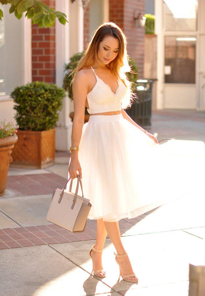 Вечерний образ с бежевой сумкой и белым платьем