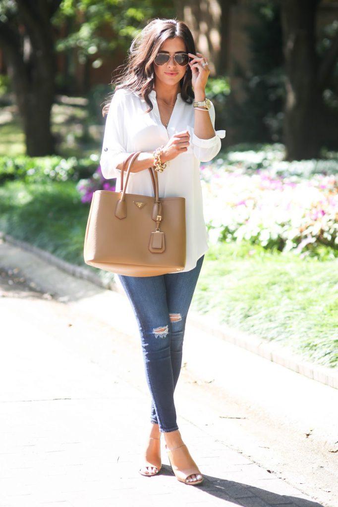 Бежевая сумка с джинсами и белой блузкой