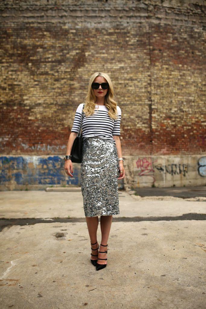 Серебристая блестящая юбка с полосатым джемпером