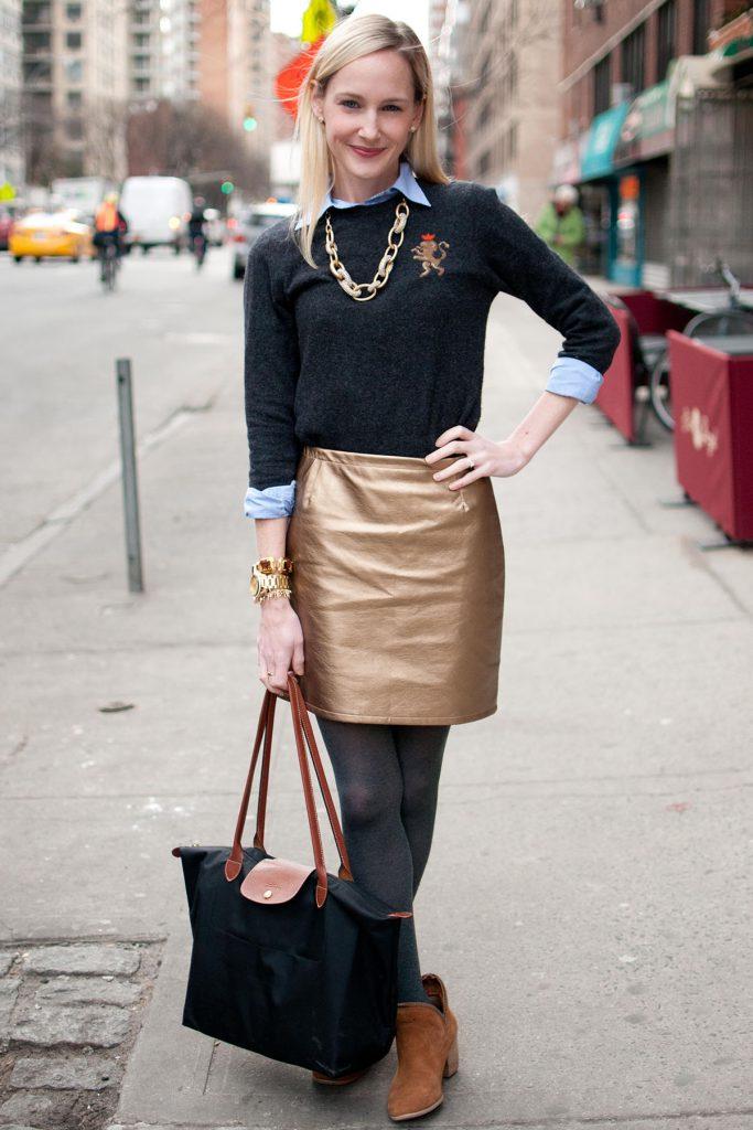 Золотистая блестящая юбка с черным джемпером и голубой рубашкой