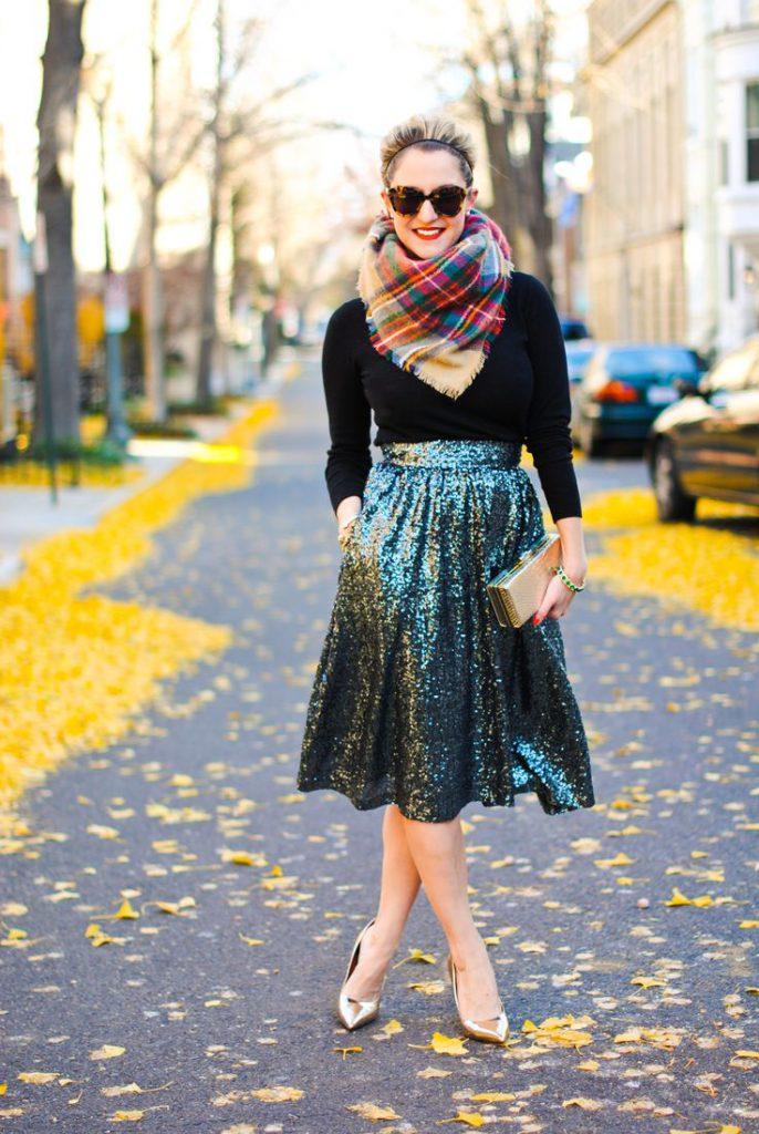 Блестящая юбка плиссе с черным джемпером