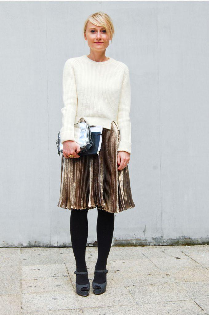 Золотистая блестящая юбка с белым джемпером