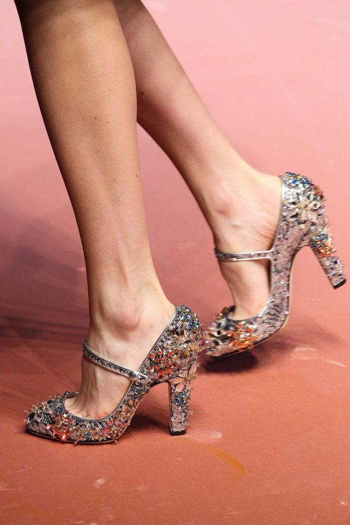 Необычные блестящие туфли