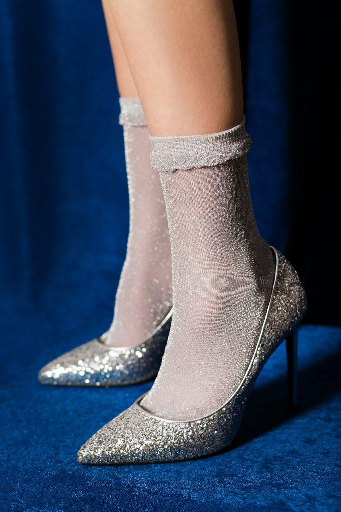 Серебристые блестящие туфли с носками
