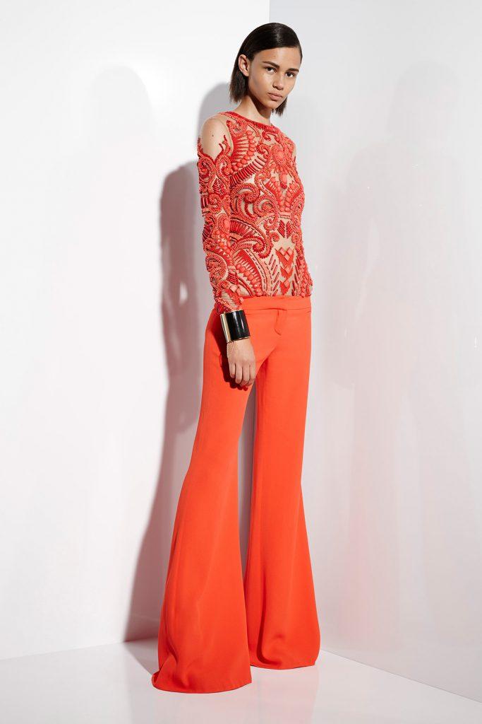 Вечерний образ с коралловыми брюками клеш и блузкой