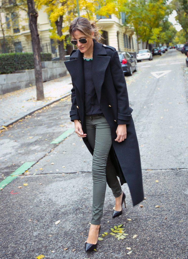 Черное пальто с черными туфлями