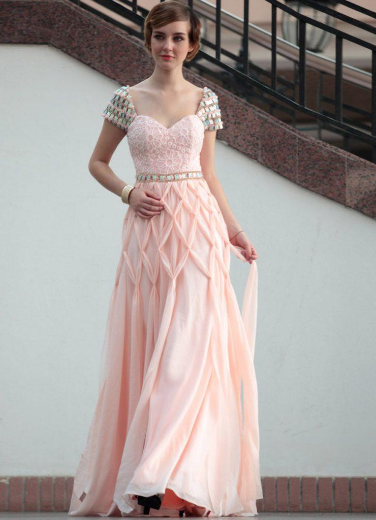 Розовое платье с камнями и вышивкой