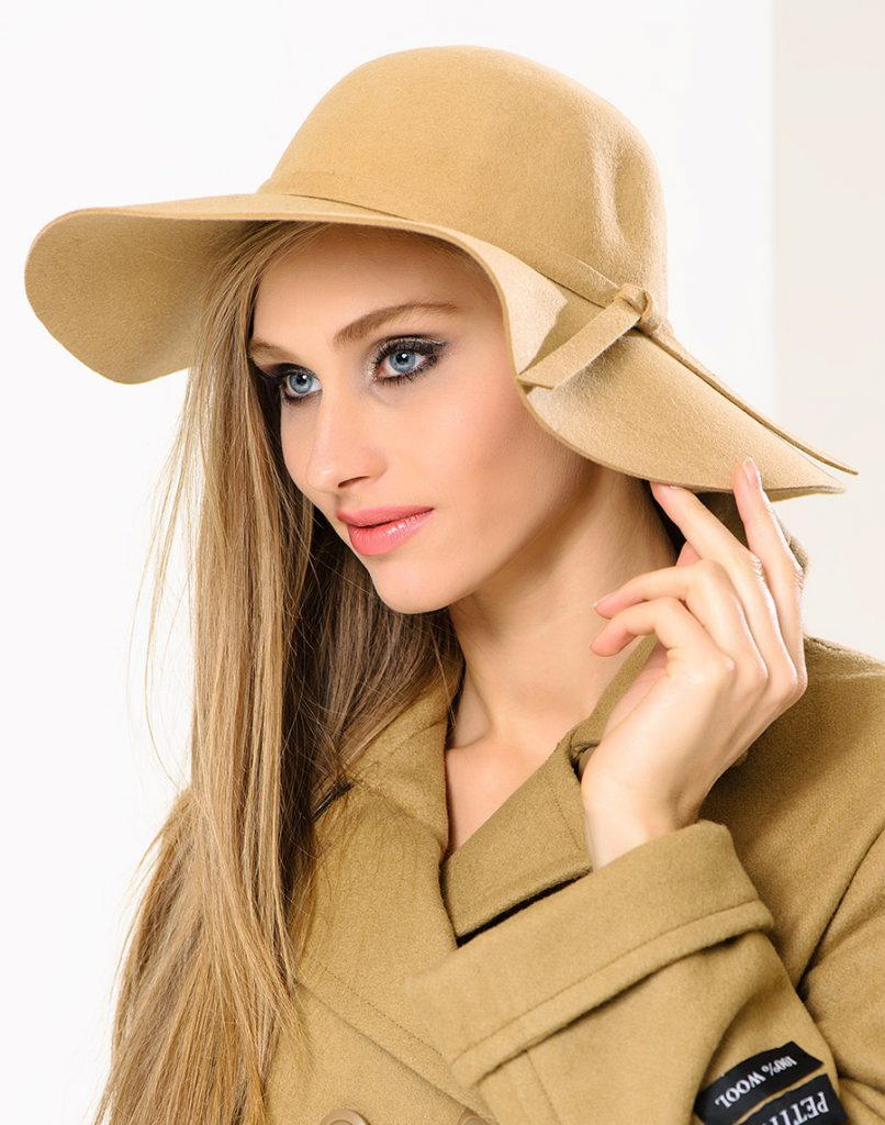 Бежевая фетровая шляпа