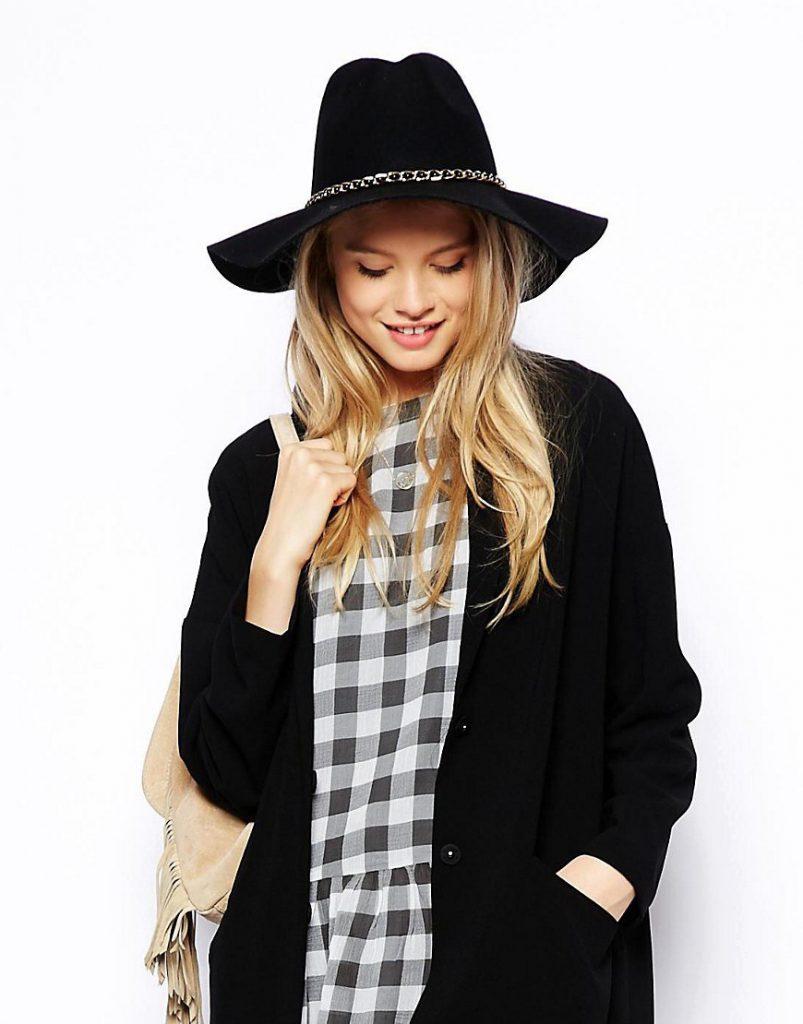 Черная шляпа с цепочкой