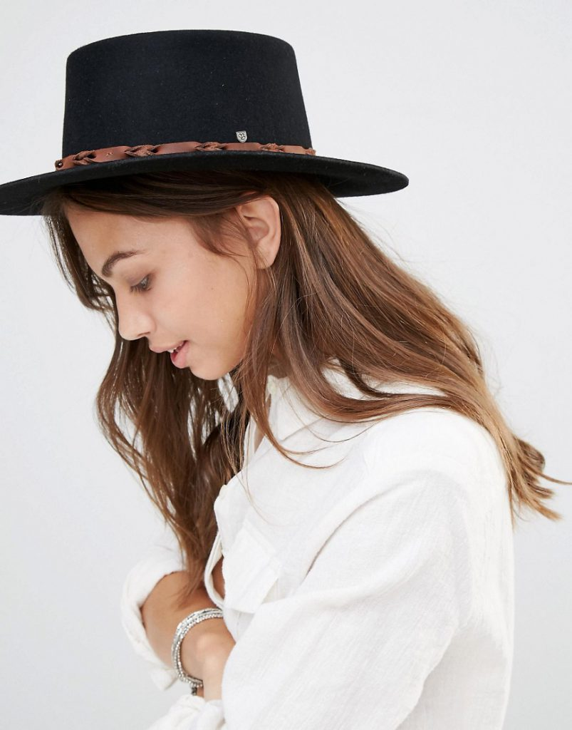 Черная фетровая шляпа с коричневой лентой