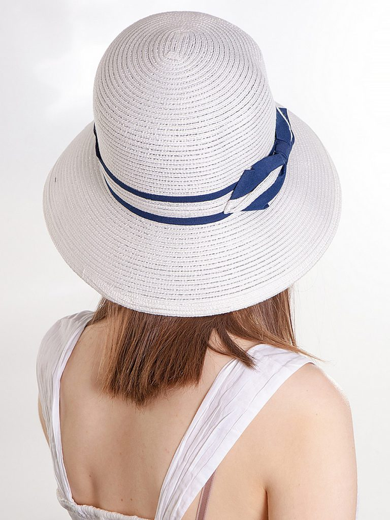 Летняя белая шляпа с синей лентой и бантом