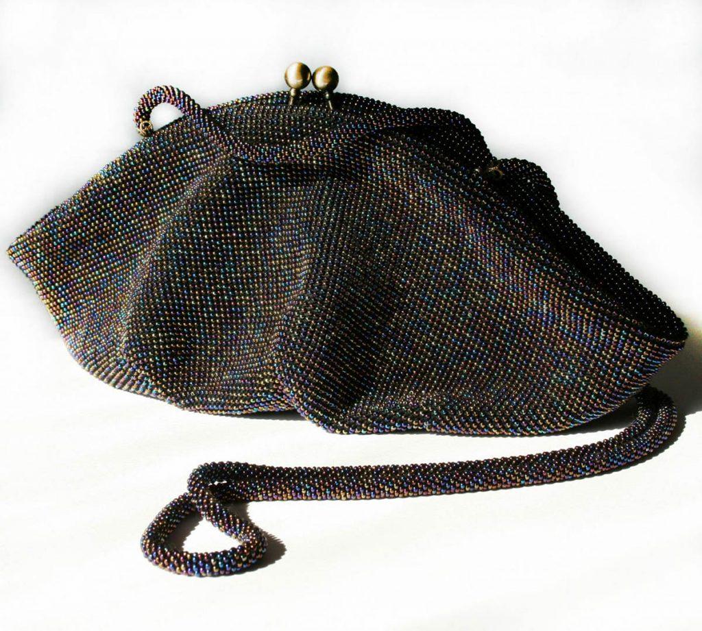 Стильная вязаная с бисером сумка