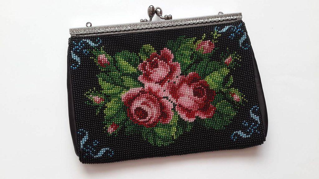 Черная вязаная с бисером сумка с розами