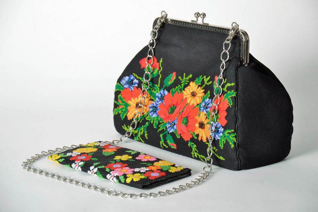 Оформление сумки вышивкой с цветами