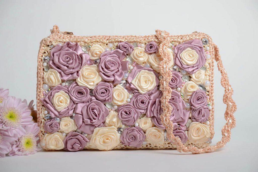 Оформление сумки цветами из лент