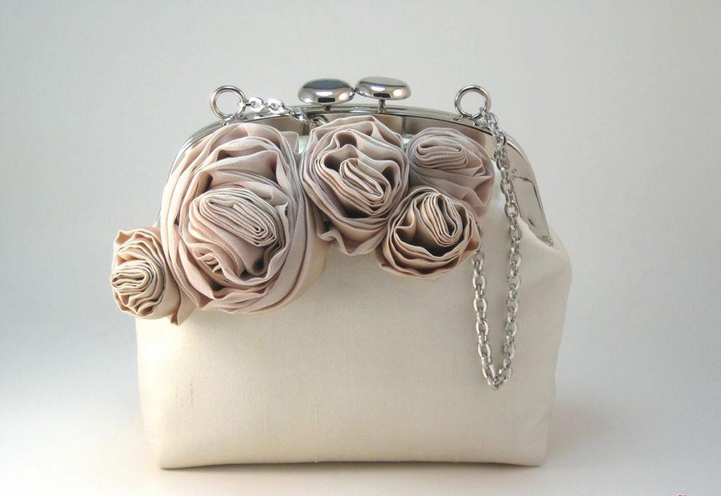Сумка, украшенная цветами из ткани