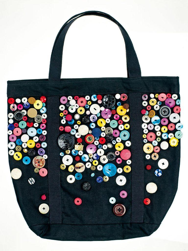 ebfa6982a997 Особенно интересно будет смотреться такой дизайн, если сумка сшита из  джинсовой ткани, а поверх задекарирована разнофактурными пуговками из  дерева.