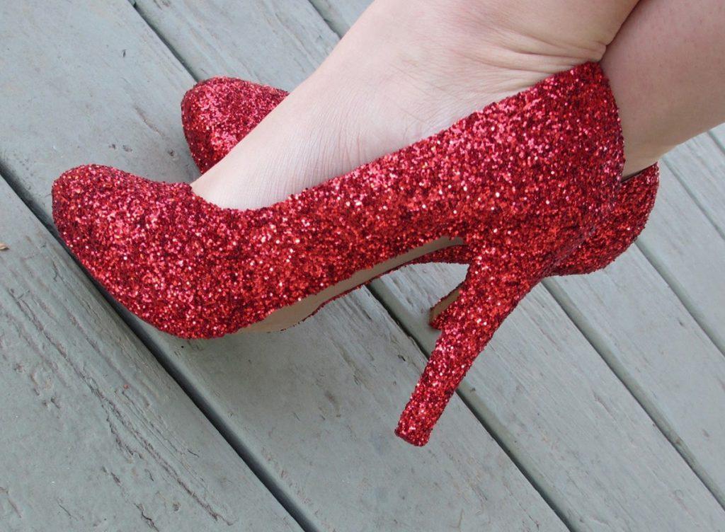 Украшение красных туфель глиттером