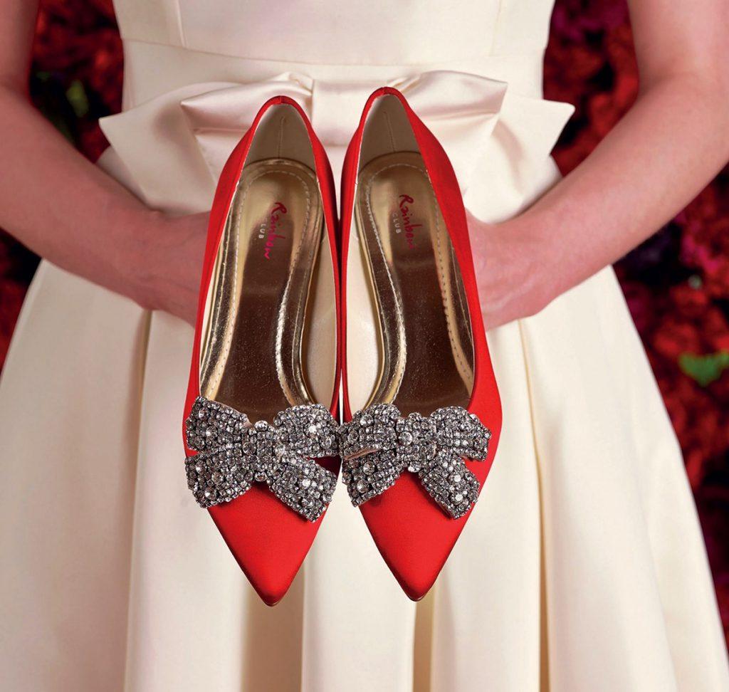 Украшение красных туфель бантами со стразами