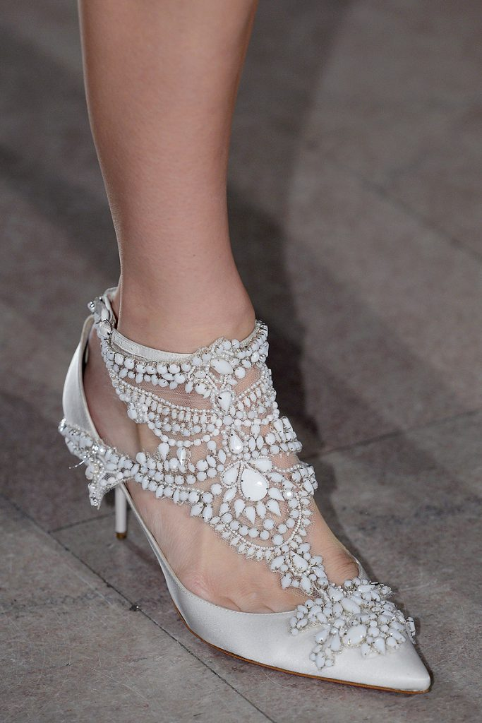 Красивые белые туфли с бусинами