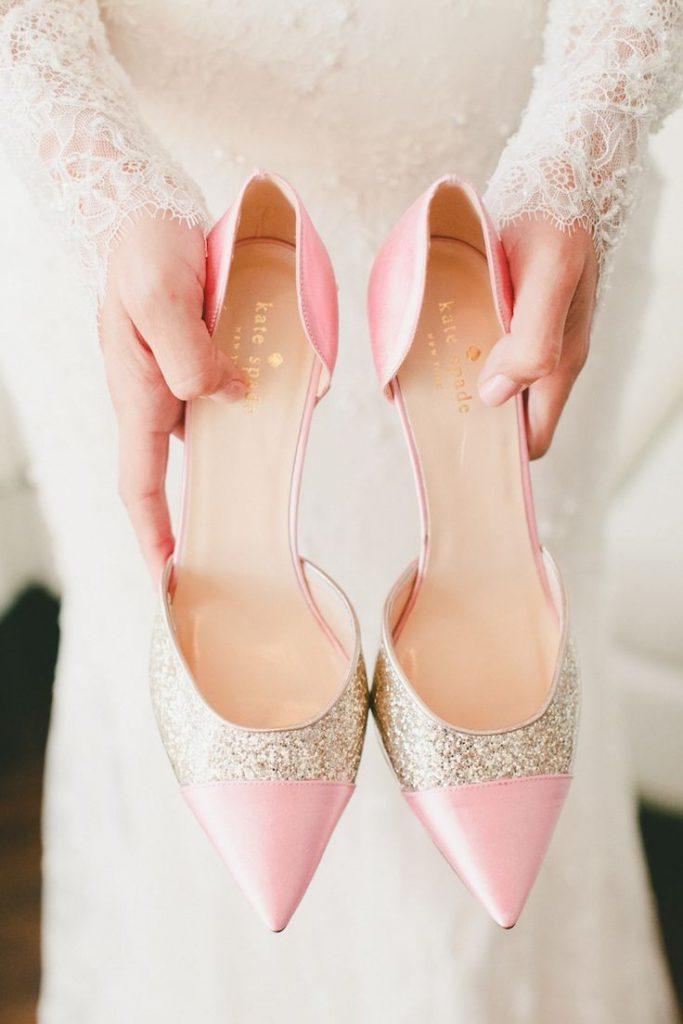 Украшение свадебных туфель глиттером