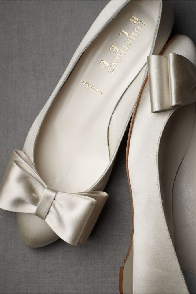 Украшение свадебных туфель лентами