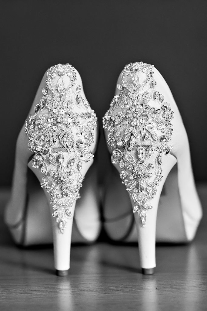 Украшение белых свадебных туфель стразами