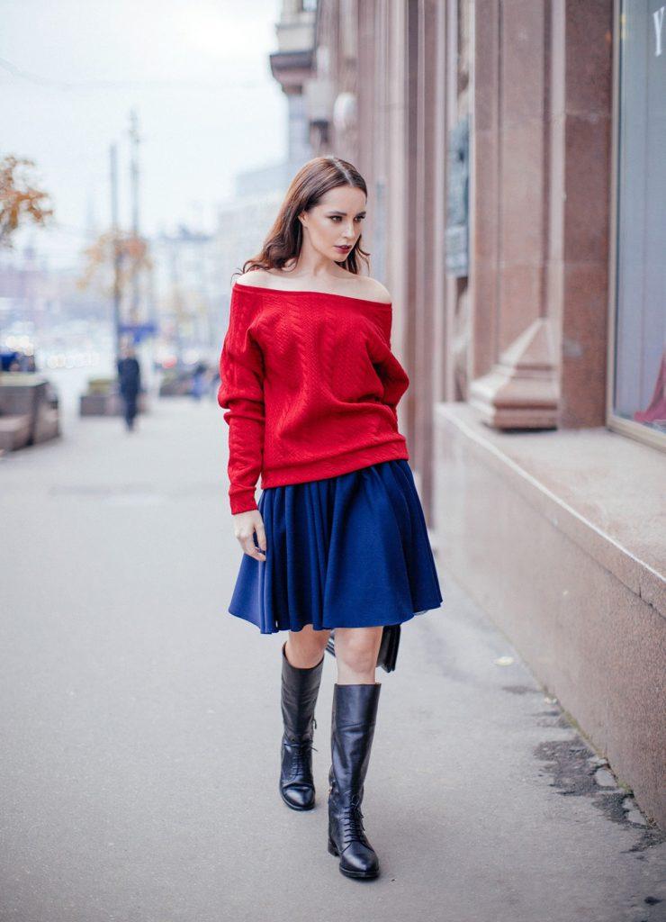 Красная кофта с открытыми плечами с синей юбкой