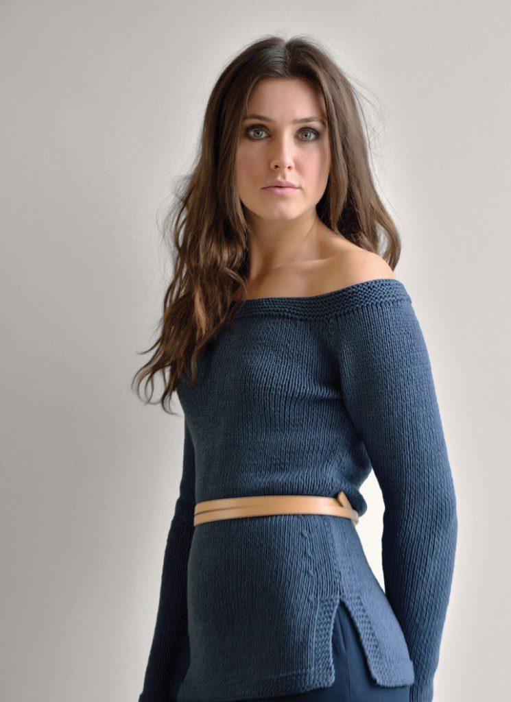 Синяя кофта с открытыми плечами