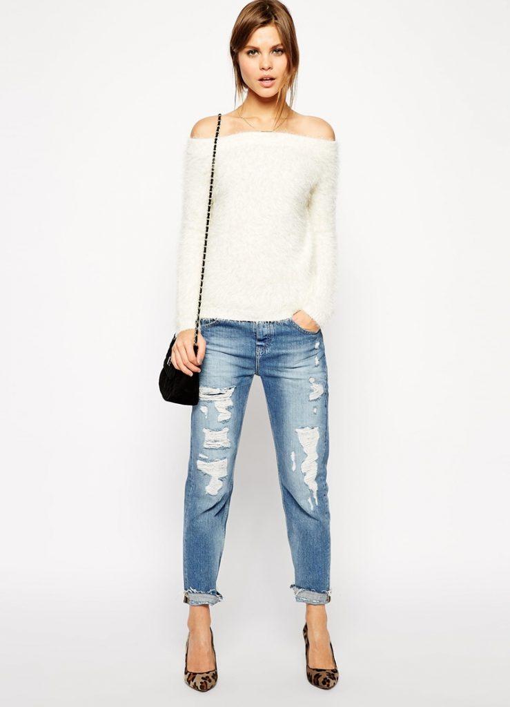 Белая кофта с открытыми плечами с джинсами