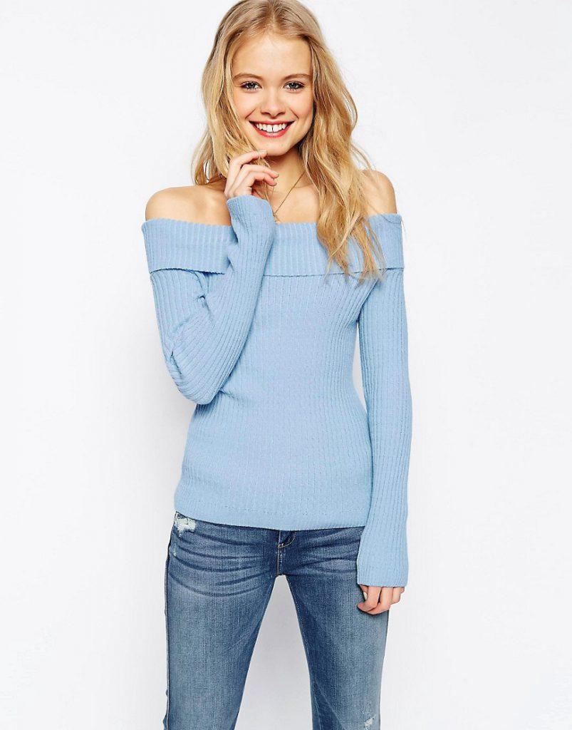 Голубая кофта с открытыми плечами с джинсами