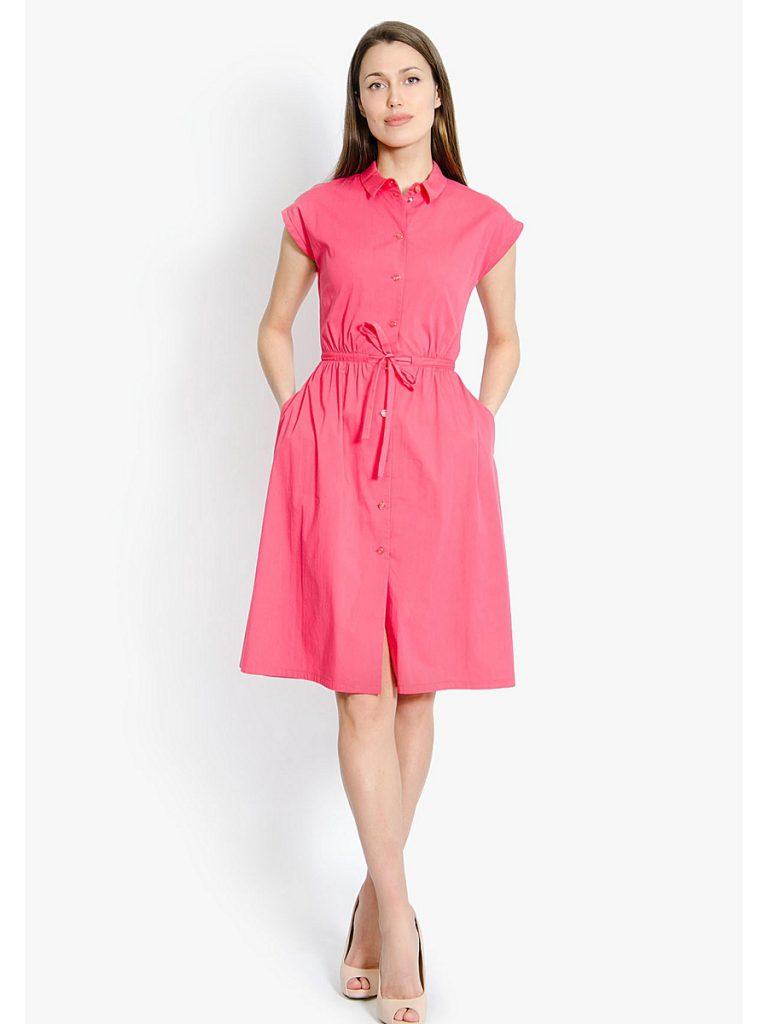 Коралловое легкое платье с бежевыми туфлями