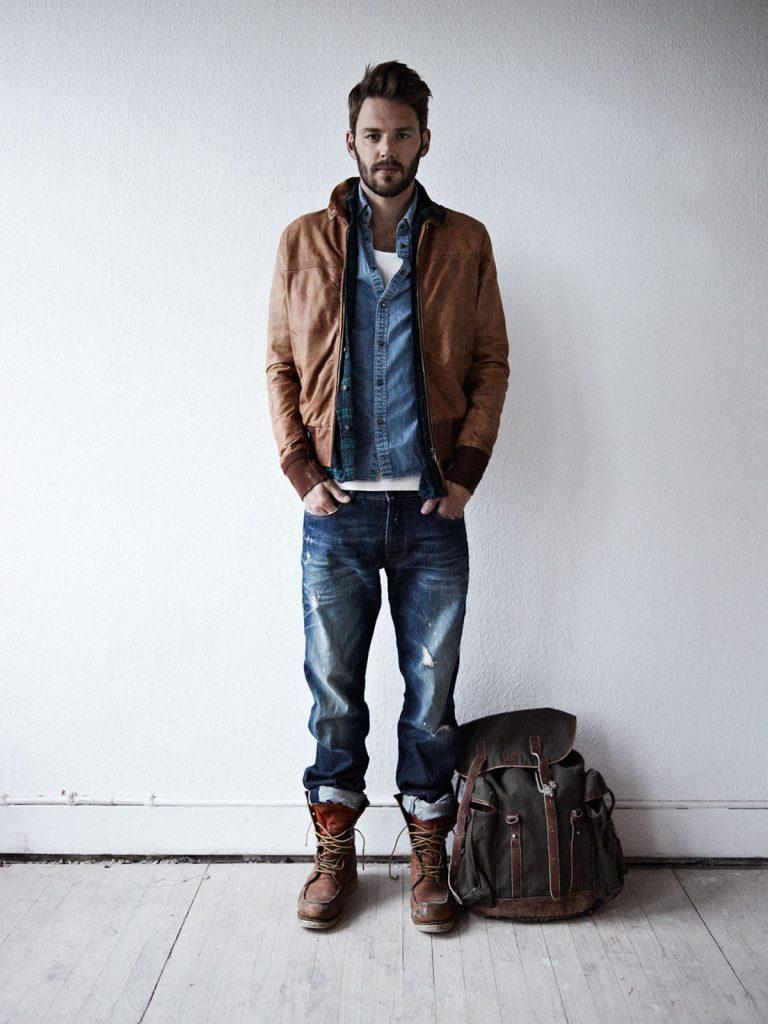 Коричневая мужская куртка и ботинки с джинсовым костюмом