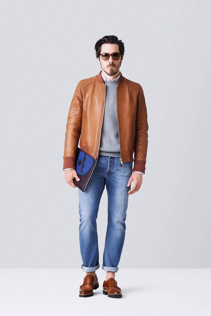 Коричневая мужская куртка и ботинки с джинсами и серой кофтой