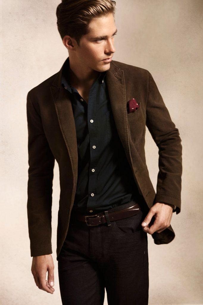 Коричневый мужской костюм с черной рубашкой