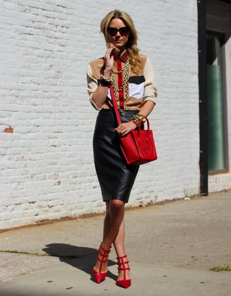 Красные туфли с черной кожаной юбкой