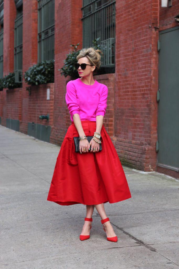 Красные туфли с красной юбкой и розовой блузкой