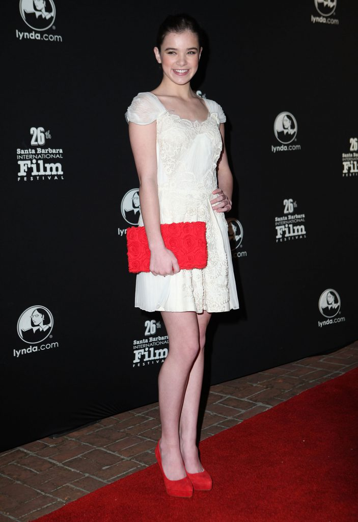 Красные туфли и клатч с белым платьем