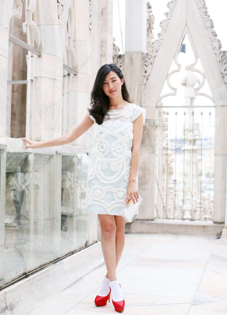 Красные туфли с белым коротким свадебным платьем
